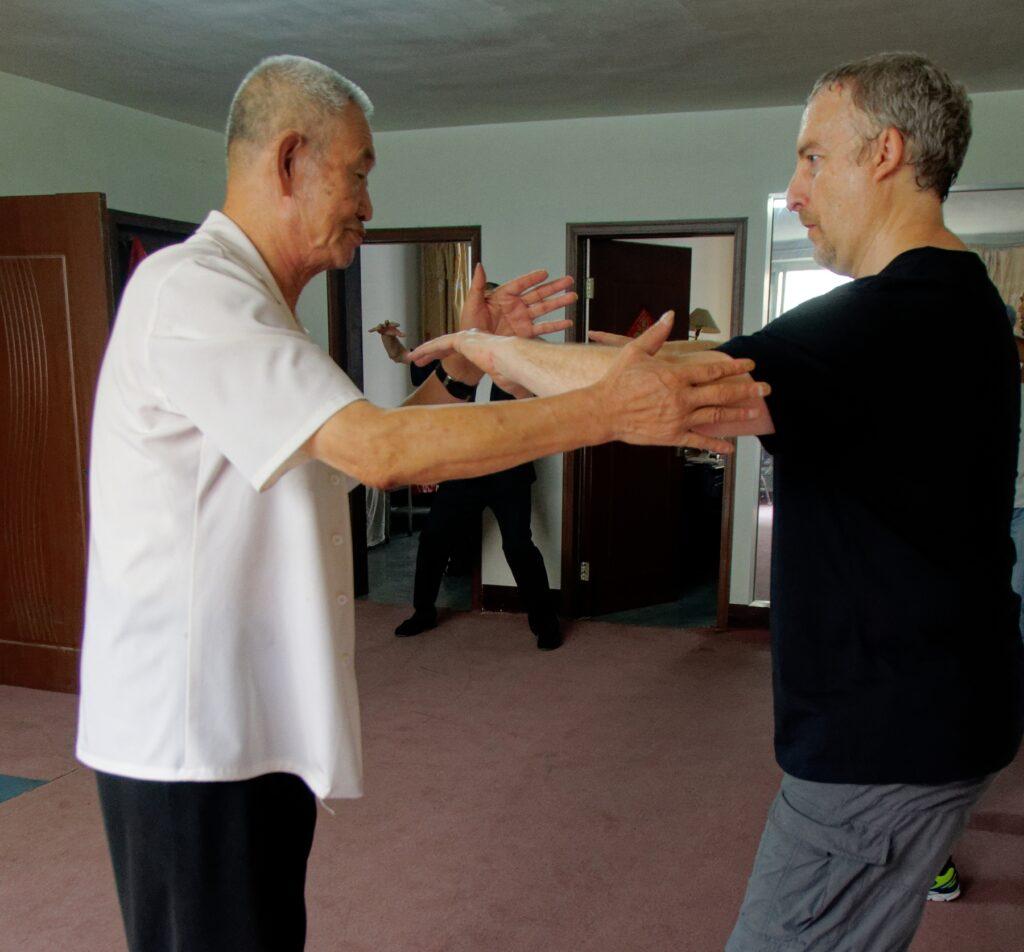 Me Guo Guizhi enseignant sa méthode du dachengquan à Philippe Munn, Chine