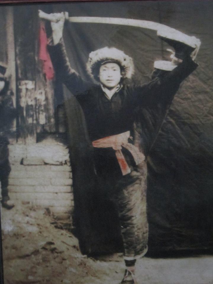 Un jeune Guo Guizhi pratiquant le sabre
