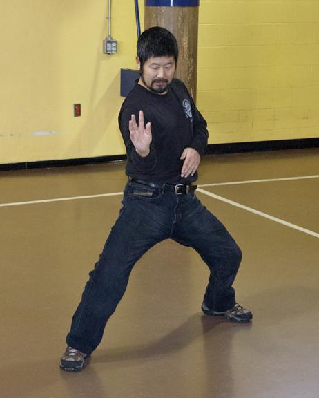 Maître Chen Zhonghua démontrant le Chen taijiquan de la méthode pratique