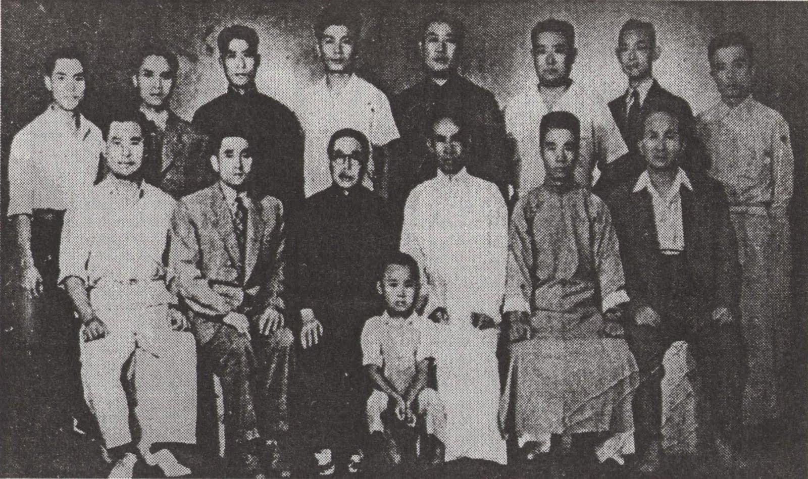 Me Yu Yongnian (4e gauche debout en blanc) et Me Wang Xiangzhai (assis centre en blanc), 1946