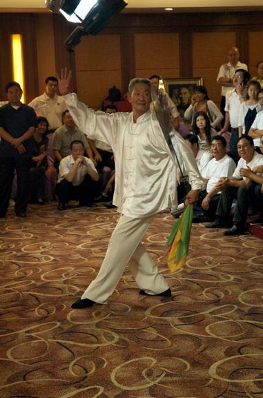 Maître Guo Guizhi en démonstration avec les doubles sabres en Chine