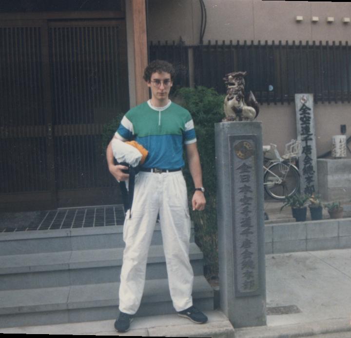 Philippe Munn à l'entrés du hombu dojo chito-ryu Japon
